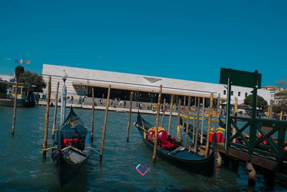 Subir a las góndolas en Venecia
